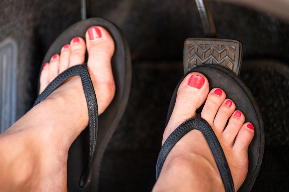 De risico's van autorijden met blote voeten of slippers